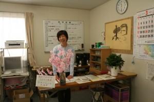 常駐スタッフの鎌田たつ子さん。ヨガや編み物教室の準備をしたり、みなさんの相談相手になったり大活躍