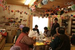 寺内塚合仮設住宅では「折紙愛好会」も誕生し、みなさん意欲を持って制作に励んでいます。作品はサロンに飾ったり、展示会に出品することもあります
