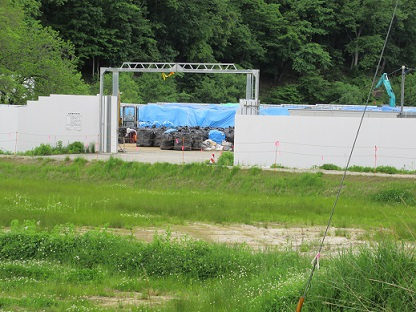 ③農地に置かれた除染廃棄物
