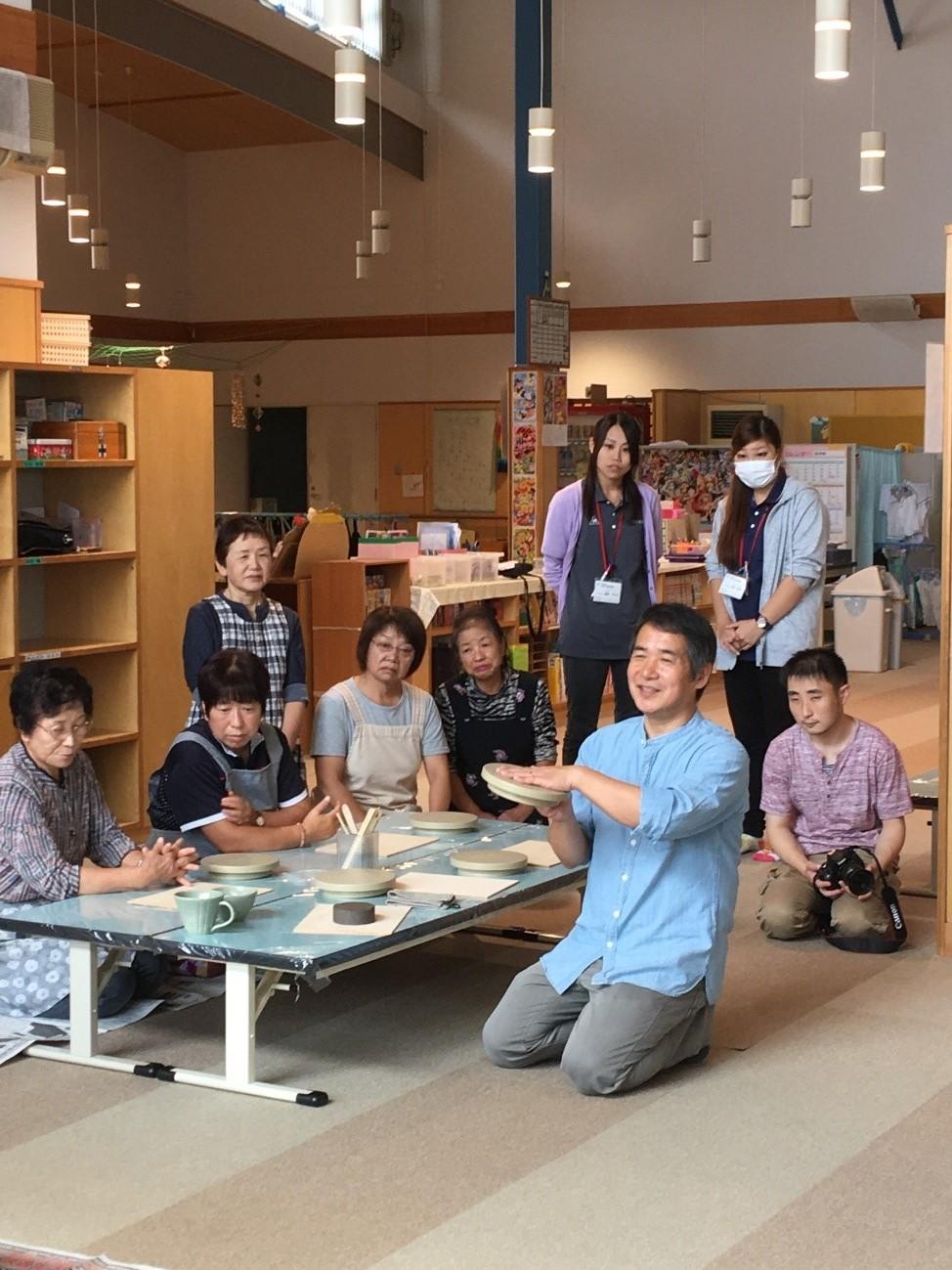 村内にできた大堀相馬焼窯元を招いての陶芸教室29年9月
